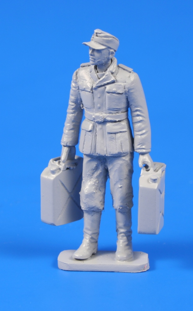 1/48 German WWII Soldier wit Fuel Cans
