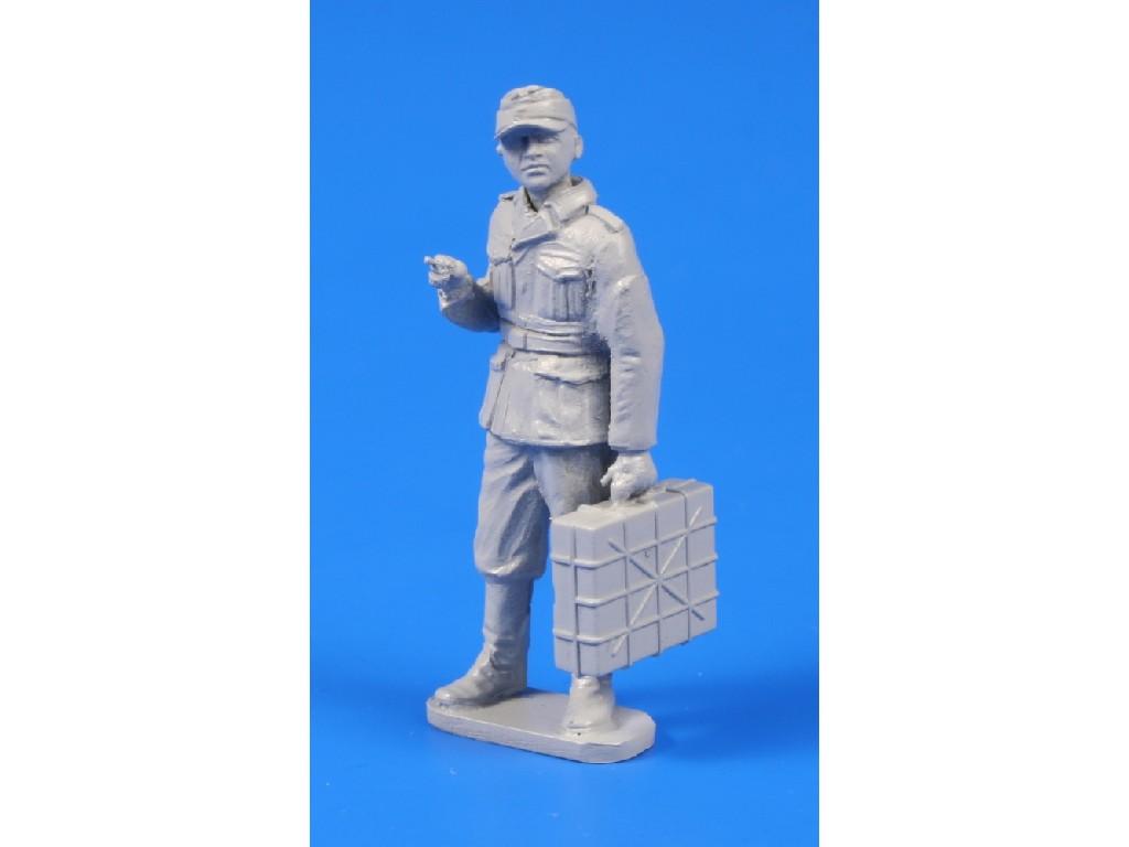 1/48 Germann WWII Soldier with Grenade Case